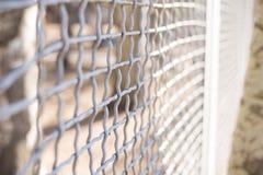 Den nära övre porten för trådstaketet känner sig som att blockera och att sakna av frihet royaltyfri bild