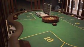 Den nära övre sikten av den spela tabellen med grön yttersida med poker ställde in på den i modern kasino Bekvämt ställe med arkivfilmer