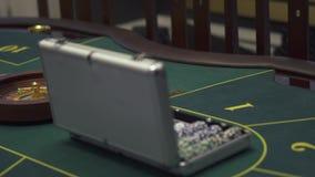 Den nära övre sikten av den spela tabellen med grön yttersida med poker ställde in på den i modern kasino Bekvämt ställe med stock video