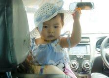 Den nära övre ståenden av söt och förtjusande asiatisk kines behandla som ett barn flickan i härlig hatthåll av hennes mum inom e royaltyfri foto