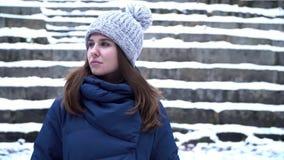 Den nära övre ståenden av den stilfulla unga härliga kvinnan med en störande blick i en vinter parkerar över snöig bakgrund Barn arkivfilmer