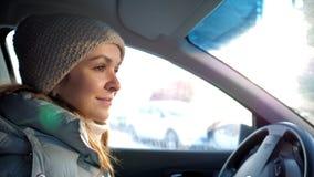 Den nära bilkabinflickan står på gataljus på vinterdag stock video