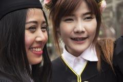 Den nära härliga kandidaten avlägger examen kvinnaleende royaltyfri foto