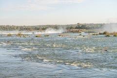 Den nära sikten av en av det Cataratas vattnet faller Royaltyfri Bild