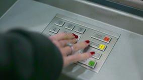 Den nära siktskvinnan skriver in stiftkod med ATM-tangentbordet arkivfilmer