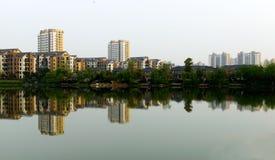 Närliggande byggande grupp en lake Royaltyfria Foton