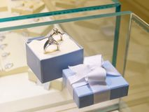 Den närvarande gåvan i smycken shoppar arkivbild