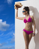 Den nätt brunetten med bikinin skyddar från sunen Royaltyfri Fotografi