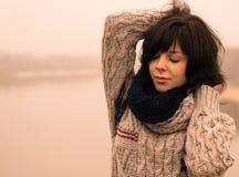Den nätt emotionella flickan med mörkt hår plattforer alone royaltyfri fotografi