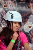 Den nätt flickan vaggar väggklättring Arkivbild