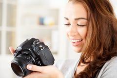 Den nätt kvinnan är en proffessionalfotograf med dslrkameran Royaltyfria Foton