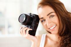Den nätt kvinnan är en proffessionalfotograf med dslrkameran Royaltyfri Bild