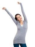 Den nätt ung flicka sätter upp henne händer arkivfoton