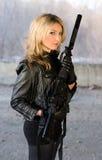 Nätt kvinnainnehav ett vapen royaltyfria bilder