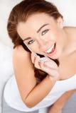 Den nätt unga kvinnan som använder mobil, ringer Royaltyfria Foton