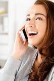 Den nätt unga kvinnan som använder mobil, ringer Arkivbilder