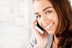 Den nätt unga kvinnan som använder mobil, ringer Arkivfoton