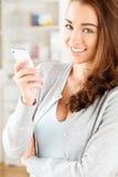 Den nätt unga kvinnan som använder mobil, ringer Arkivbild