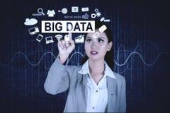 Den nätta affärskvinnan trycker på stor datatext arkivfoton
