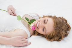 Den nätta avkopplade kvinnan som vilar i säng med, steg Arkivbild