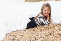 Den nätta barnflickan bär den avrivna klänningen på Royaltyfri Foto