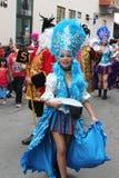 Den nätta Blått-Haired marschen för ung kvinna ståtar in, Peru Arkivfoto