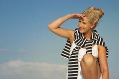 Den nätta blondinen seglar kvinnan som ser åt sidan, och leende fotografering för bildbyråer