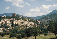 Den nätta byn av Montbrun-les-Bains i DrÃ'men Provençale, Frankrike arkivbild
