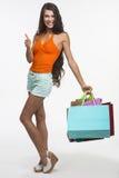 Den nätta damen rymmer det stora fingret upp på shopping Arkivbild