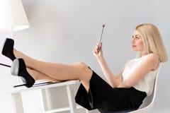 Den nätta eleganta kvinnan har vilar i regeringsställning royaltyfria foton