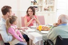 Den nätta familjen har en lunch tillsammans royaltyfri fotografi