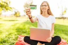 Den nätta flickaaffärskvinnan i exponeringsglas med bärbara datorn annonserar royaltyfria foton
