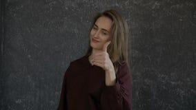 Den nätta flickan är gestikulera `-vinst! `, lager videofilmer