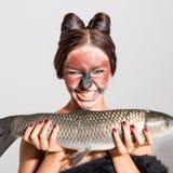 Den nätta flickan annonserar fisken royaltyfri foto