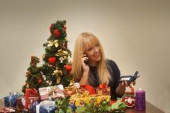 Den nätta flickan får jewellry för julgåva och ler Fotografering för Bildbyråer