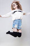 Den nätta flickan hoppar Royaltyfri Fotografi