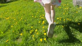 Den nätta flickan i en vit klänningspring parkerar igenom arkivfilmer