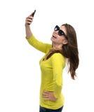 Den nätta flickan i solglasögon gör självståendeselfie med hennes sma Fotografering för Bildbyråer