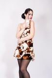 Den nätta flickan med ett exponeringsglas av mjölkar Arkivfoto