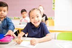 Den nätta flickan på skolan med ett tandlöst grinar arkivfoton