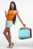 Den nätta flickan rymmer det stora fingret upp på shopping Arkivfoton