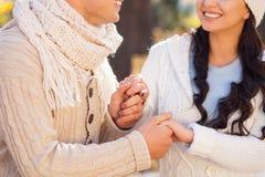 Den nätta flickvännen och pojkvännen tycker om liv Royaltyfri Bild