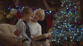 Den nätta gamla damen läser en saga till hennes sonson i julnatt och honom askis något lager videofilmer