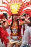 Den nätta gränser för den unga kvinnan i karneval ståtar, Peru Royaltyfria Bilder