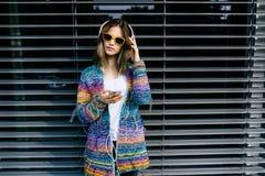 Den nätta kalla flickan i att ha gyckel och lyssnar till musik royaltyfri fotografi
