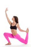 Den nätta kvinnan i yoga poserar - en lagd benen på ryggen konung Pigeon Position. Royaltyfri Bild