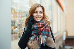 Den nätta kvinnan med ett sött leende gör shoppa för jul Arkivfoto