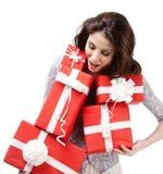Den nätta kvinnan räcker askar för ett nummer med gåvor Royaltyfri Bild