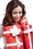 Den nätta kvinnan räcker ett antal gåvor Royaltyfri Bild