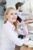 Den nätta kvinnan talar på telefonen arkivbild